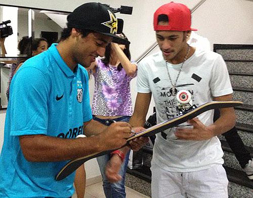 Na apresentação ao clube, Kelvin presenteou Neymar com um skate autografado (Divulgação)