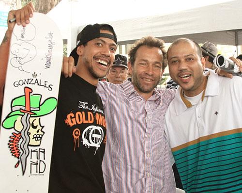 Rodrigo e o irmão Pedro com Mark Gonzales, em São Paulo, 2010 (foto: Flávio Samelo)
