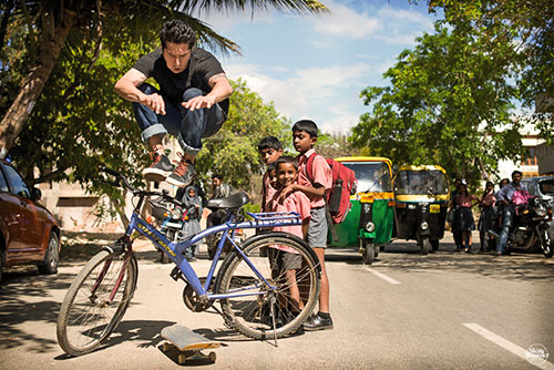 Omar Salazar na Índia (foto:Skateboarder/Jonathan Mehring)