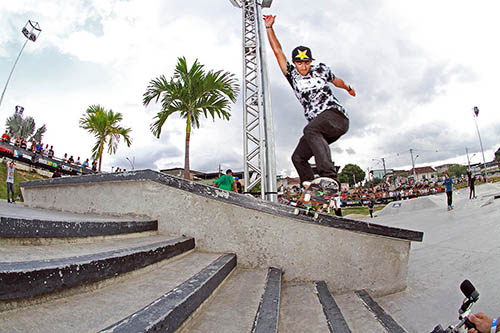 Kelvin Hoefler, campeão do Brasil Skate Pro, no RJ. Switch backside tailslide (Divulgação)
