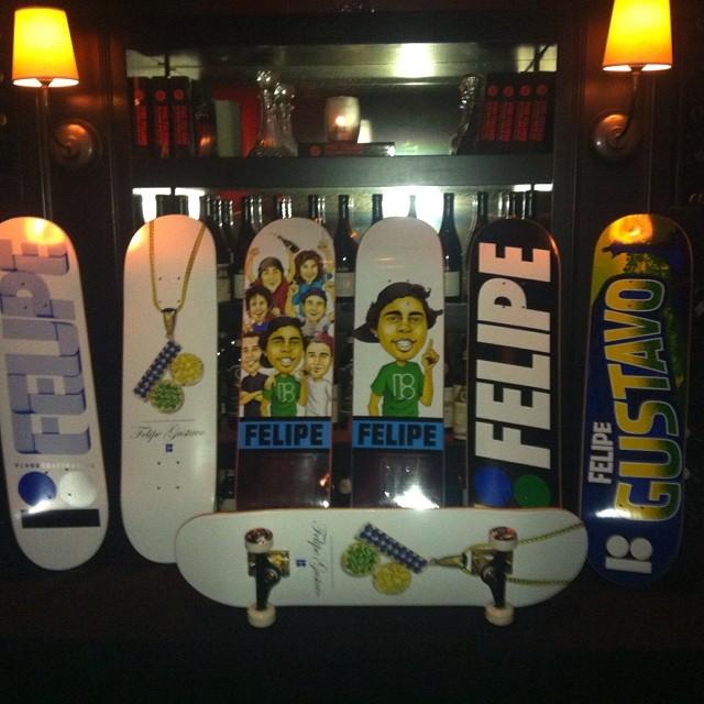 Foto postada pelo @dannyway com os pro-models de Felipe Gustavo pela Plan B Skateboards