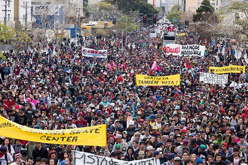 Mais de 30 mil skatistas se reuniram na capital paranaense para o manifesto Curitiba Skate Center (foto: ÖUS/Fernando Zanoni)