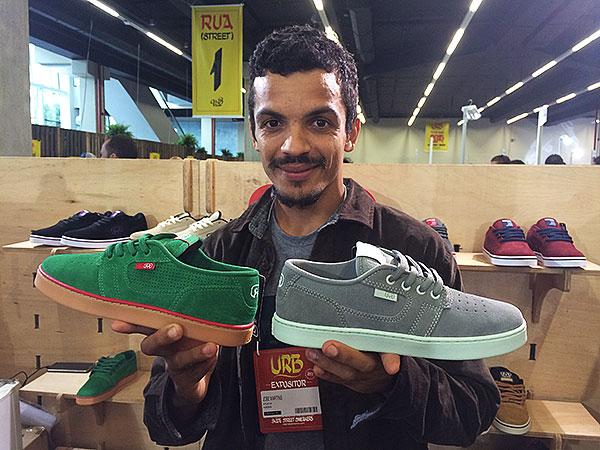 Zezinho Martins com duas variações de cores do seu pro-model pela Hocks. (foto: Sidney Arakaki)