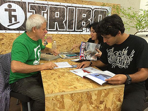 Cesar Gyrão recebendo Ana Paula Negrão e Kelvin Hoefler no espaço da Tribo Skate (foto: Sidney Arakaki)