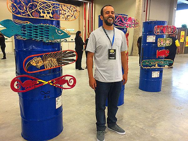 O skatista e artista carioca Fabio Tirado exibiu suas esculturas em shapes e impressionou pela qualidade dos detalhes. (foto: Sidney Arakaki)