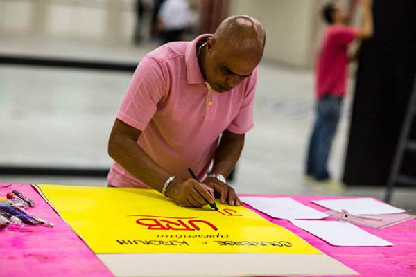 Letrista produzindo cartazes na Urb (Divulgação)