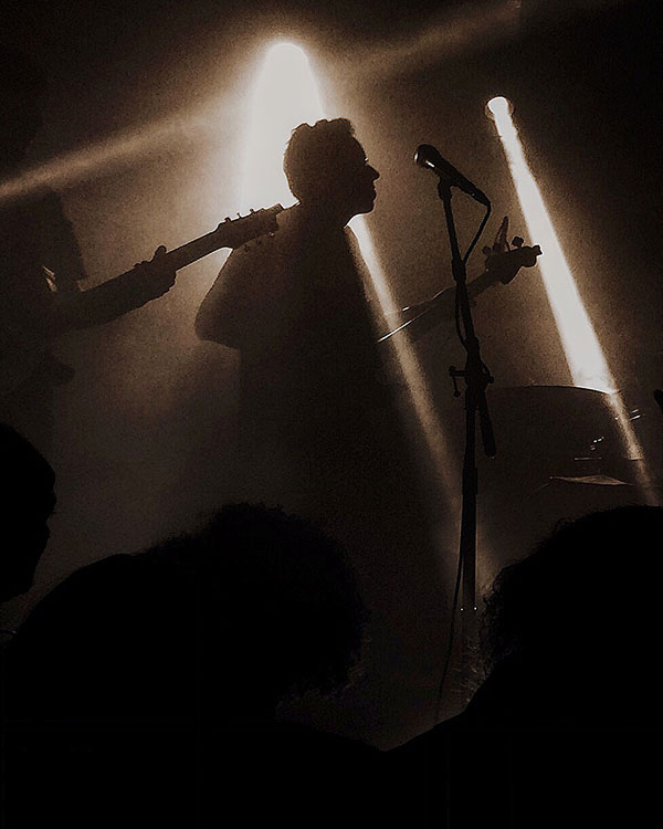 Fabio Kalunga, baixista do Seletores de Frequência (foto: Sidney Arakaki)