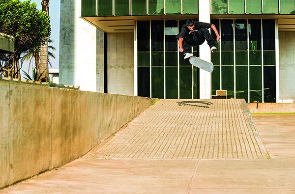 Tiago Lemos, switch varial heelflip em Brasília (Cortesia DC Shoes/Mike Blabac)