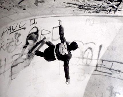 Primeiro registro de skate em piscina que se tem notícia. Herbie Fletcher em 1963. (Arquivo pessoal família Fletcher)
