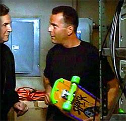 Bruce Willis com skate em Hudson Hawk (Reprodução)