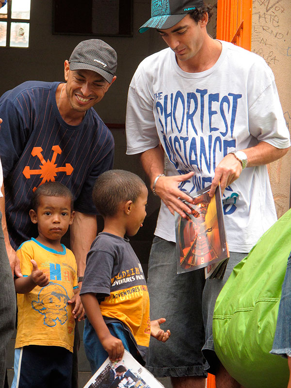Com Gian Naccarato, visitando moradores da favela Real Parque, que perderam tudo num incêndio em 2010. (foto: Sidney Arakaki)
