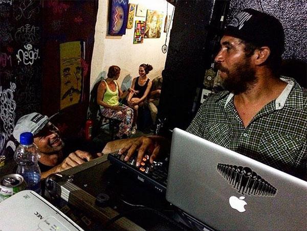 DJ Jeorge Simas tocou na festa de lançamento da Mistotape. (foto: Sidney Arakaki)
