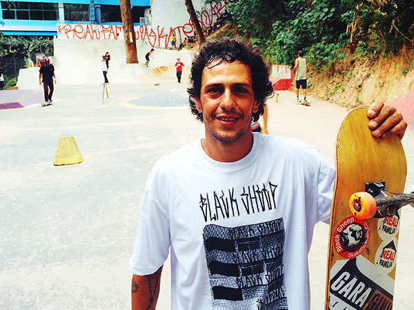Rafael Finha feliz com a nova conquista dos skatistas da sua comunidade. (Sidney Arakaki)