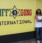 Carlinhos Zodi finaliza Kingstone Bossa no Tuff Gong, estúdio de Bob Marley. Assista o documentário