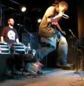 Rapper Bukue One acerta um perfeito impossible com pé da frente no palco